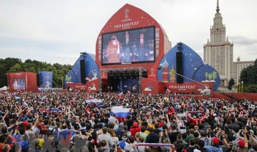 Cổ động viên theo dõi trận đấu ở Fanzone Đồi Chim sẻ trước Đại học Moskva ngày 14/6. (Ảnh: AFP/TTXVN)
