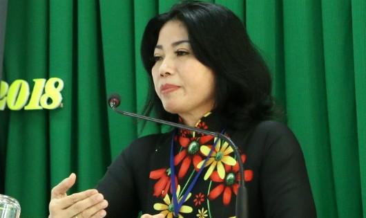 Bà Trần Thị Xuân – Phó trưởng Ban An toàn giao thông TP Cần Thơ tuyên truyền kiến thức đảm bảo trật tự an toàn giao thông cho hơn 130 hội viên Hội Nông dân.