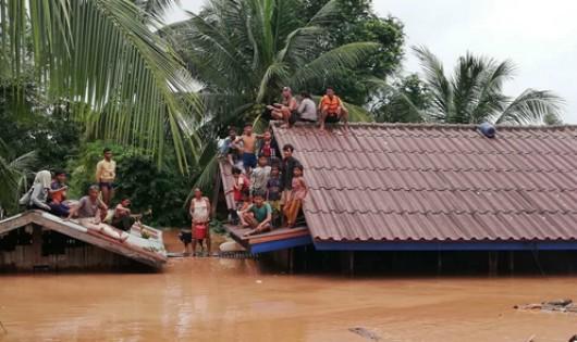 Người dân địa phương đã phải lên nóc nhà để tạm trú. Ảnh: Báo Tin tức/ABC Laos news.