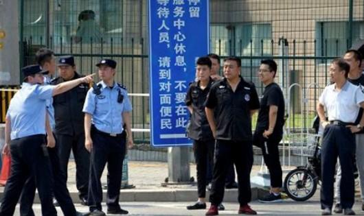 Cảnh sát Trung Quốc có mặt tại nơi xảy ra vụ nổ bên ngoài Đại sứ quán Mỹ tại Bắc Kinh. Ảnh: An ninh Thủ đô/ SCMP.
