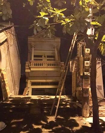 Một trong 5 ngôi nhà đang đổ xuống sông Đà. Ảnh: Nga Phạm