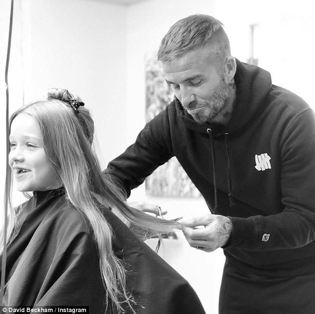 David Beckham cắt tóc cho con gái cưng Harper, 6 tuổi hôm thứ 2 vừa qua, anh tỏ ra buồn bã vì luôn muốn con giữ mái tóc dài