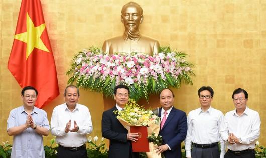 Thủ tướng Nguyễn Xuân Phúc trao Quyết định giao quyền Bộ trưởng Bộ Thông tin và Truyền thông cho đồng chí Nguyễn Mạnh Hùng - Ảnh: VGP/Quang Hiếu