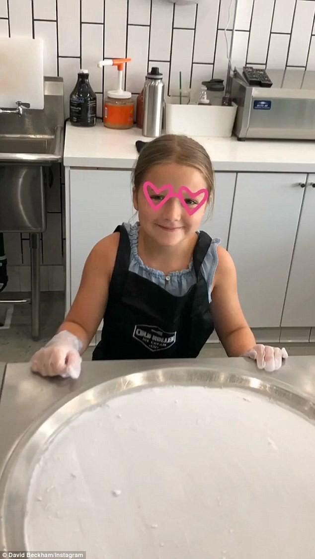 Dịp cuối tuần, Harper và các anh đã cùng bố mẹ đi tập làm kem