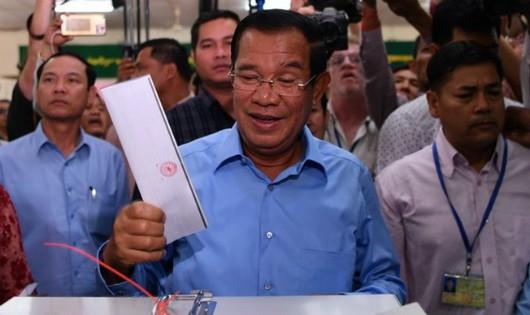 Thủ tướng Samdech Techo Hun Sen (giữa), Chủ tịch đảng Nhân dân Campuchia (CPP) cầm quyền bỏ phiếu tại điểm bầu cử ở Phnom Penh ngày 29/7. (Nguồn: AFP/TTXVN)