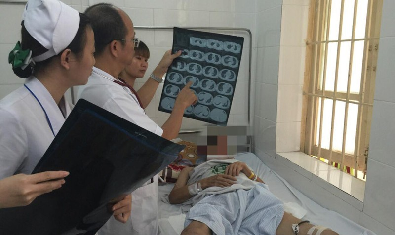 PGS.TS Đỗ Duy Cường thăm khám cho bệnh nhân S. Ảnh: Bệnh viện Bạch Mai.