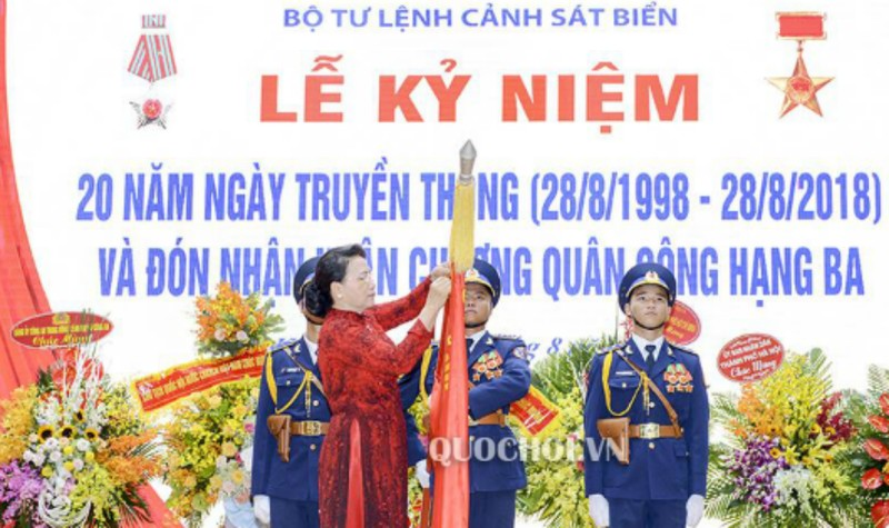 Chủ tịch Quốc hội Nguyễn Thị Kim Ngân trao Huân chương Quân công hạng Ba cho lực lượng Cảnh sát biển Việt Nam. Ảnh: Cổng thông tin điện tử Quốc hội.