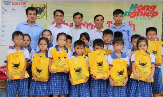 Tặng 37.000 tập vở 'tiếp sức' học sinh nghèo ĐBSCL