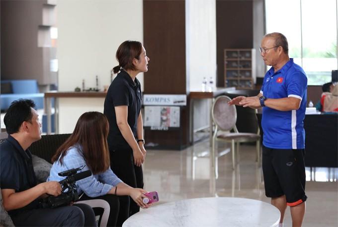 Sau cuộc gặp báo giới Việt Nam, ông Park tới chỗ nhóm phóng viên Hàn Quốc để giải thích và dành cho họ cuộc phỏng vấn ngắn. Ảnh: Đức Đồng.