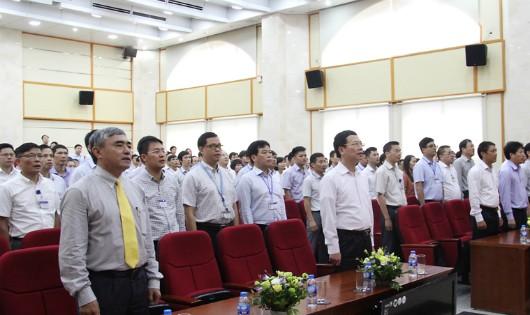 Ông Nguyễn Mạnh Hùng, Ủy viên TW Đảng, Quyền Bộ trưởng Bộ TT&TT kiêm Phó trưởng Ban Tuyên giáo TW; cùng các Thứ trưởng và cán bộ, công chức, viên chức khối cơ quan Bộ TT&TT tham dự Lễ chào cờ và hát Quốc ca. Ảnh: http://mic.gov.vn