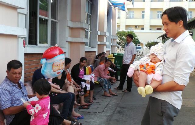 Phụ huynh đưa trẻ đến chích ngừa tại Viện Pasteur TPHCM