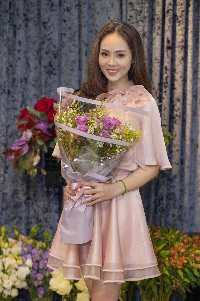 Bạn gái của NSƯT Công Lý - Ngọc Hà, làm việc trong lĩnh vực truyền thông, từng lọt Top 20 Hoa hậu Du lịch Việt Nam. Chính động thái đi thử váy cưới của Ngọc Hà mới đây khiến nhiều người cho rằng, đám cưới giữa cô và nam danh hài sắp diễn ra.