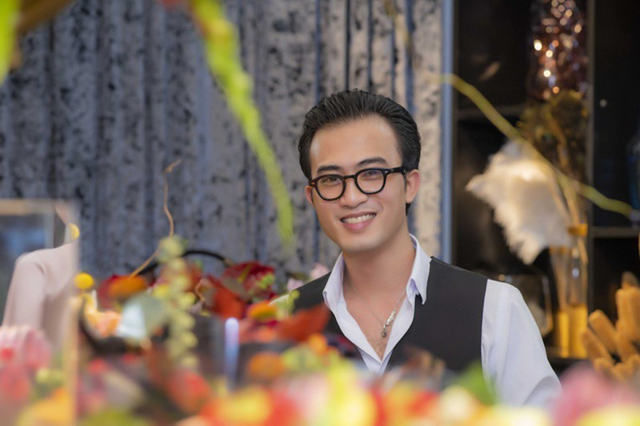 """Nam diễn viên Doãn Quốc Đam đang được chú ý với vai diễn Cảnh """"soái ca"""" trong bộ phim truyền hình đình đám """"Quỳnh búp bê"""". Xuất hiện tại một sự kiện ở Hà Nội, nam diễn viên đã đính chính thông tin sai lệch trước đó về mình: """"Hiện tại tôi vẫn ở và làm việc tại Hà Nội, không phải về Thái Nguyên ở hẳn như thông tin trên một số trang báo. Tôi chỉ về quê thăm gia đình thôi. Hiện tại, bố mẹ tôi vẫn sinh sống tại Thái Nguyên."""