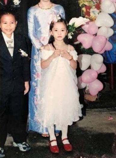 Có thể nói, từ nhỏ, Tiểu Vy đã sở hữu nhan sắc xinh đẹp. Cô có khuôn miệng cười tươi tắn, mũi cao và đôi mắt to tròn.