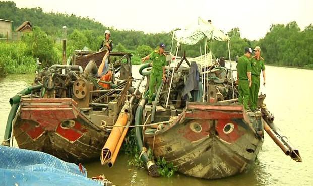 Cảnh sát bắt 14 ghe cát tặc trên sông Đồng Nai vào ngày 28/8