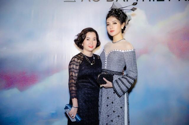 Đi cùng Á hậu Huyền My là mẹ của cô. Nổi tiếng với vẻ ngoài sang trọng, quý phái, chị Lan Phương gây chú ý khi diện bộ áo dài ren màu đen thanh lịch.