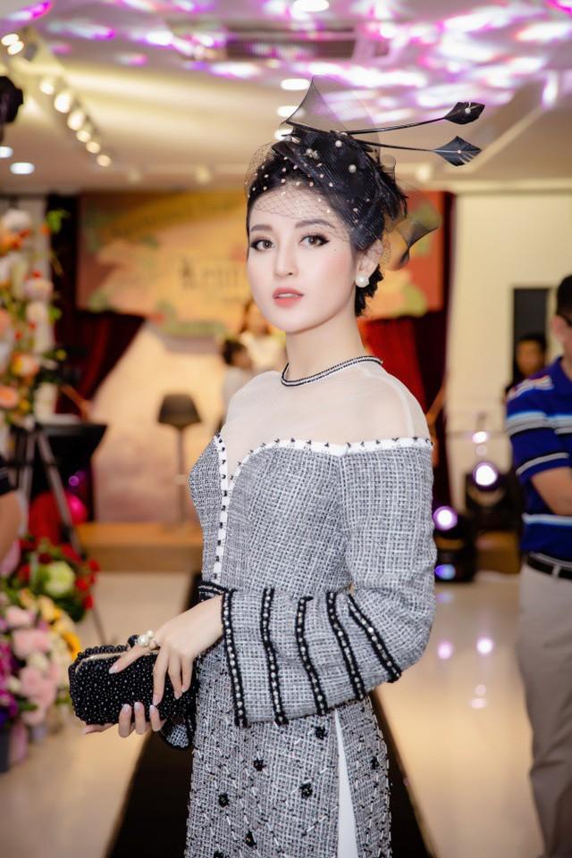Xuất hiện tại sự kiện còn có Á hậu Huyền My đảm nhiệm vai trò người mẫu.