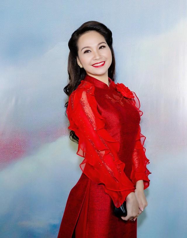 MC Mỹ Lan gây thương nhớ bởi nụ cười duyên và giọng nói dịu dàng.