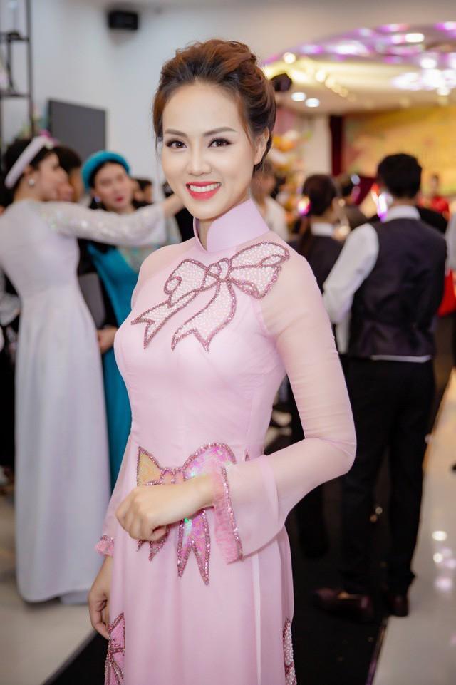Bạn gái của diễn viên Công Lý - nữ phóng viên Ngọc Hà cũng xuất hiện. Cô diện bộ áo dài màu hồng với hoạ tiết nơ độc đáo khoe vẻ đẹp dịu dàng và nền nã.
