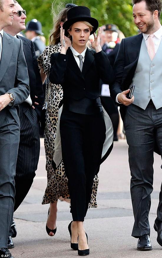 Siêu mẫu Anh kiêm diễn viênCara Delevingne diện vest cá tính tới dự lễ cưới của công chúaEugenie (con gái Hoàng tử Andrew và là cháu gái Nữ hoàng Elizabeth II) vớibạn trai lâu năm JacK Brooksbank tại nhà nguyện St George ở Lâu đài Windsor, nước Anh.