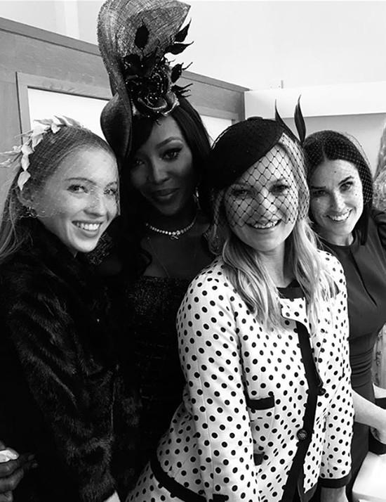 Kate Moss cùng con gái và siêu mẫu Naomi Campbell, minh tinh Demi Moore chụp ảnh kỷ niệm trong lễ cưới.
