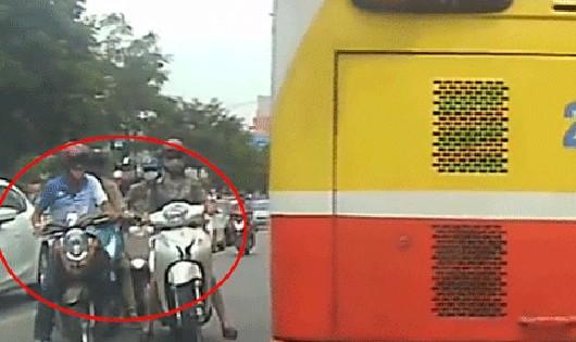 Tình huống cướp tài sản khi người dân đang lưu thông trên đường được lấy từ camera hành trình trên một ôtô đi ngược chiều. Ảnh: Công an Thành phố Hà Nội.