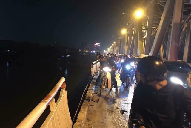 Kinh hoàng: Đâm bay thành cầu Chương Dương, ô tô lao xuống sông