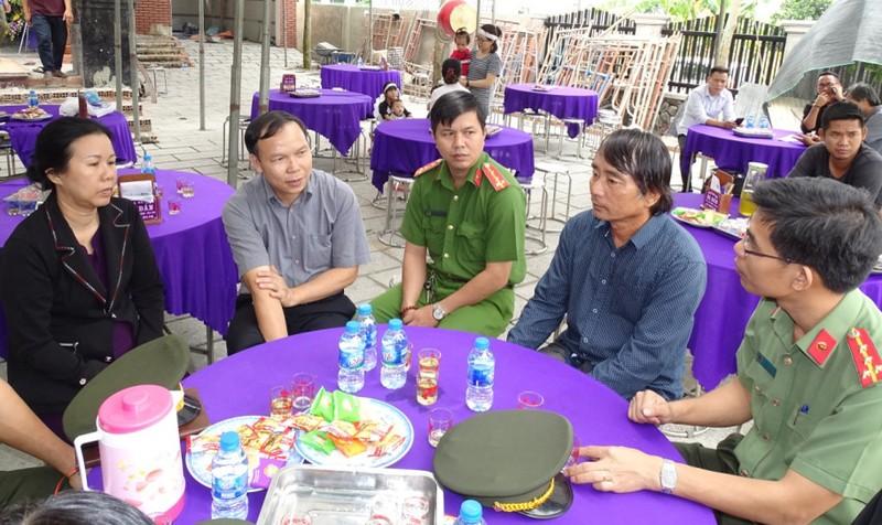 Đại diện Công an tỉnh Đồng Nai chia buồn với gia đình anh Nguyễn Thanh Tùng.
