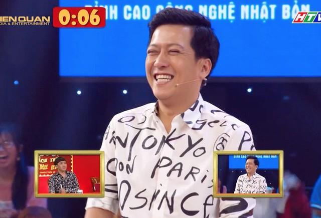 """Thí sinh 16 tuổi Nguyễn Phi Long đã khiến Trường Giang """"cứng họng"""" khi bắt gọi Nhã Phương là """"con heo"""" khi hỗ trợ cậu bé trong tiểu phẩm hài, với những ý tưởng thông minh cùng khả năng diễn xuất chân thật đã khiến Trấn Thành, Trường Giang bật cười và chiến thắng đầy thuyết phục."""