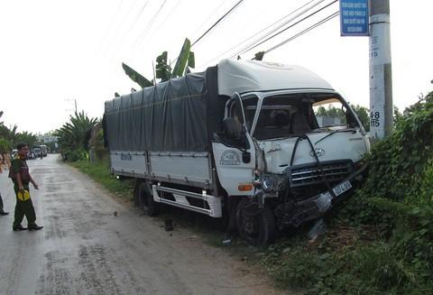 Chiếc xe tải gây tai nạn đâm vào trụ điện dừng lại cách hiện trường vụ tai nạn khoảng 200m. Ảnh: Báo Công an TP HCM.