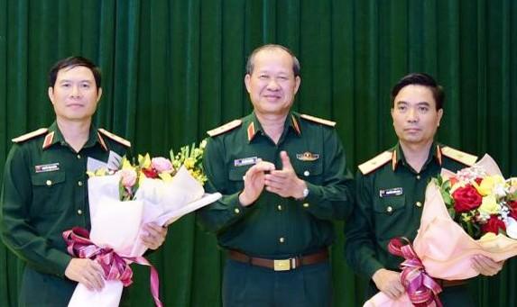 Thượng tướng Bế Xuân Trường chúc mừng Trung tướng Nguyễn Tân Cương và Thiếu tướng Nguyễn Doãn Anh được bổ nhiệm chức vụ mới. Ảnh: QK4