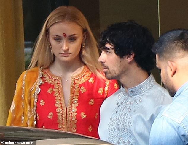 Joe Jonas và bạn gái Sophie Turner tới Ấn Độ vài ngày nay và rất hào hứng mặc trang phục truyền thống Ấn Độ