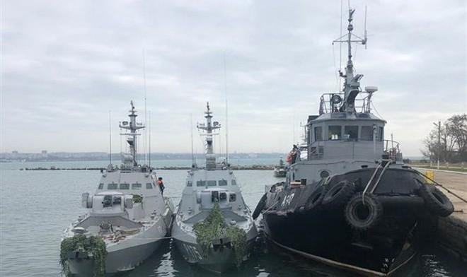 Ba tàu hải quân Ukraine bị lực lượng tuần duyên thuộc Cơ quan An ninh Liên bang Nga (FSB) bắt giữ do xâm phạm lãnh hải Nga ở Eo biển Kerch ngày 25/11/2018. (Ảnh: THX/TTXVN)