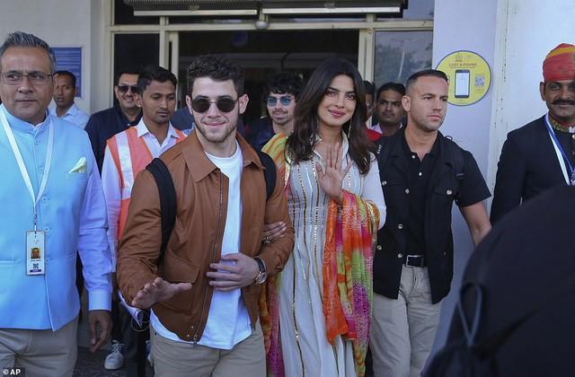 Cặp đôi vui vẻ vẫy chào đám đông người hâm mộ và thợ săn ảnh. Chia sẻ với tạp chí Vogue, Jonas và Chopra nói họ sẽ có hai nghi lễ - một đám cưới truyền thống của Ấn Độ và một đám cưới dành cho những người theo đạo Kitô giáo. Mỗi đám cưới sẽ được tổ chức tại các điểm khác nhau ởcung điện ở Rajasthan. Hôn lễ sẽ diễn ra trong ba ngày và mọi người sẽ cần một kỳ nghỉ sau đám cưới này, Chopra hài hước nói