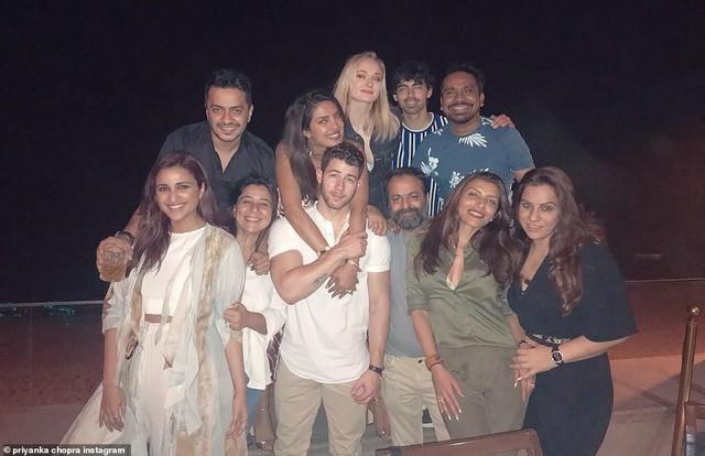 Nick kể lại anh gặp Priyanka lần đầu trong một bữa tiệc Oscar và sau đó anh đã nhắn tin cho Graham Rogers, bạn diễn của Chopra trong phim Quantico rằng: Priyanka, ôi trời....