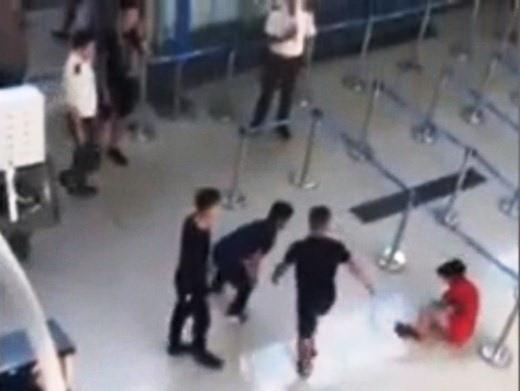 Xử phạt nhân viên an ninh trong vụ hành hung nữ nhân viên hàng không - Ảnh 1.