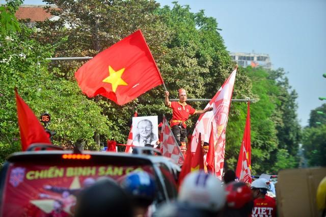 Đoàn diễu hành qua nhiều tuyến phố lớn như Trần Duy Hưng, Kim Mã, Nguyễn Chí Thanh, Nguyễn Thái Học, Nguyễn Chánh, Hai Bà Trưng...