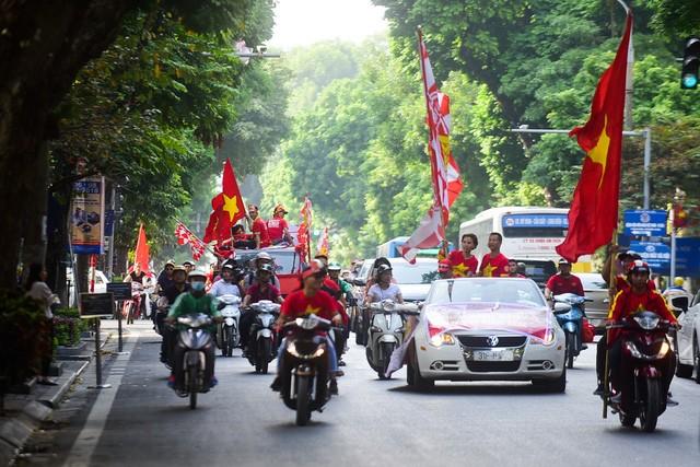 Đoàn diễu hành qua phố Hai Bà Trưng.