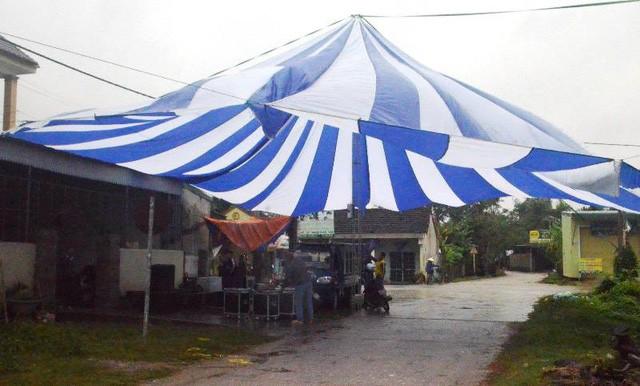 Một khuôn rạp lớn đã được dựng lên để phục vụ mọi người.