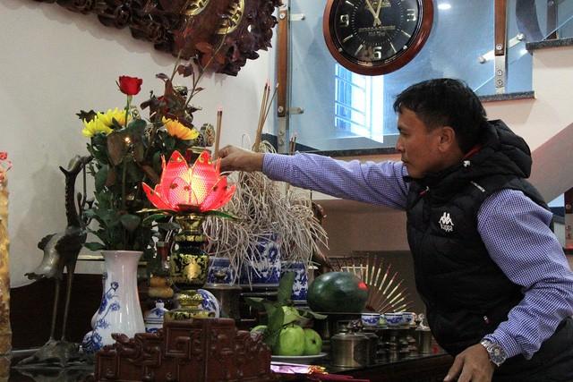 Ông Nguyễn Quang Thuần, bố tiền vệ Quang Hải thắp hương trước trận chung kết của đội tuyển Việt Nam