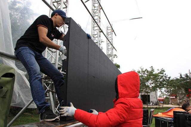 Chiếc màn hình LED rộng 40m2 được lắp đặt tại sân bóng trước cổng nhà cầu thủ Quang Hải để phục vụ bà con nhân dân tại thôn Đường Nhạn, xã Xuân Nộn, huyện Đông Anh, xem trận chung kết AFF Cup 2018 giữa Việt Nam và Malaysia tối nay (11/12).