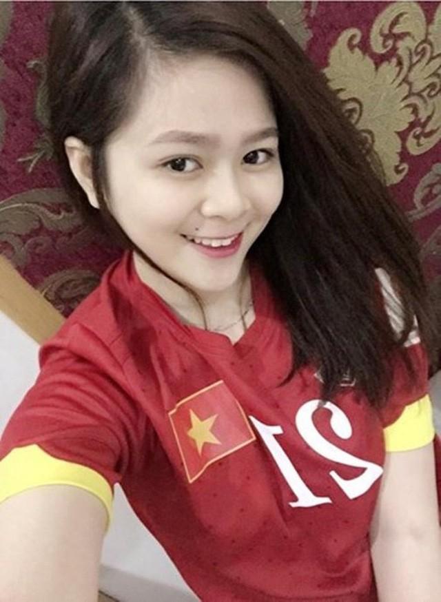 Cô và chàng tiền vệ người Hải Dương quen nhau năm 2015, trong dịp cô cổ vũ U23 Việt Nam dự SEA Games ở Singapore. Khi đó, cô đang là du học sinh Việt Nam, học Anh văn tại đảo quốc sư tử.