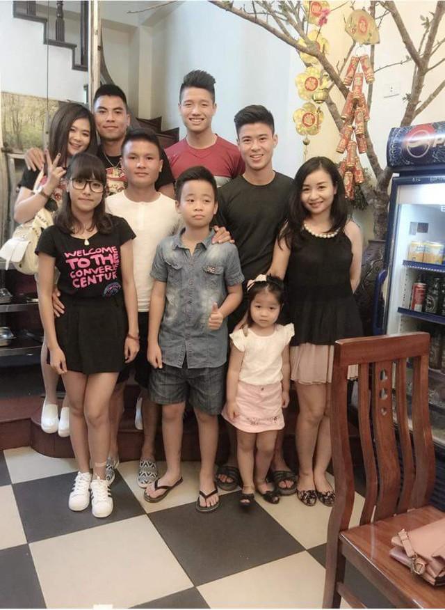 Đức Huy công khai đưa bạn gái đi chung trong buổi tụ họp có cả Quang Hải, Duy Mạnh,..