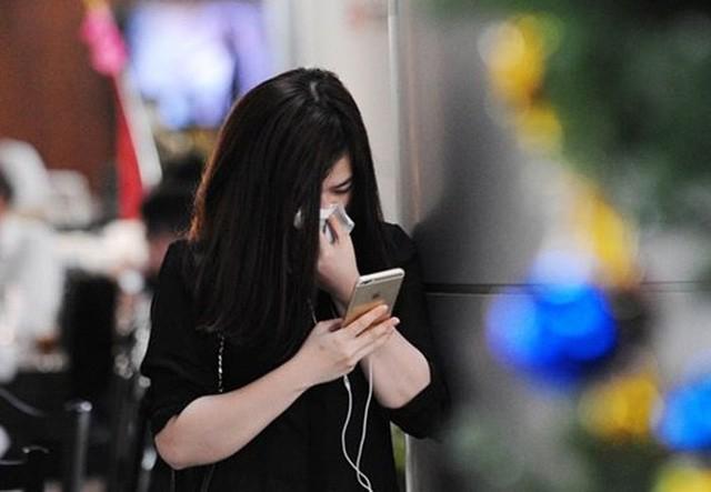 Bạn gái nhiều lần ra sân bay tiễn Đức Huy đi du đấu và bị bắt gặp rơi nước mắt khi phải tạm xa bạn trai.