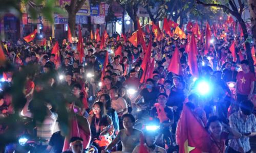 Người hâm hộ đổ ra các con phố trung tâm Hà Nội mừng chiến thắng của tuyển Việt Nam vào tối 6/12. Ảnh: Giang Huy