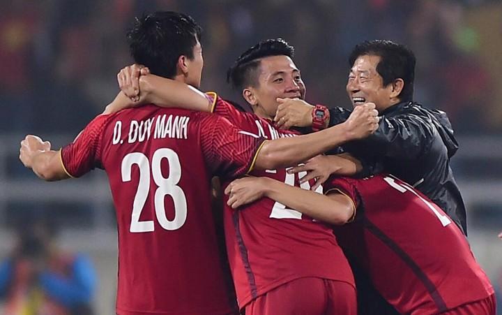 Ông Bae chung vui cùng các cầu thủ sau khi vô địch AFF Cup 2018. Ảnh: Giang Huy.
