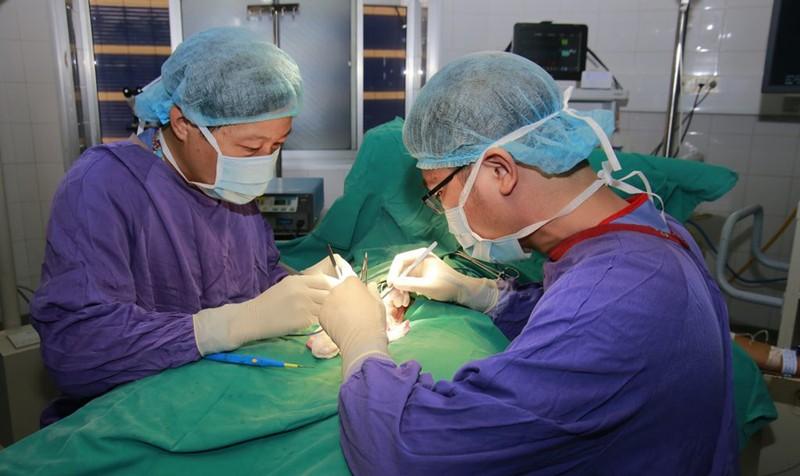 PGS Nguyễn Quang đang phẫu thuật cho bệnh nhân. Ảnh: Bệnh viện Hữu nghị Việt Đức.