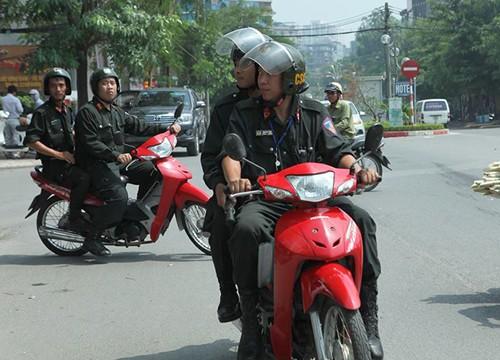 Cảnh sát cơ động Hà Nội trong một lần tuần tra xử lý người vi phạm không đội mũ bảo hiểm khi đi xe máy hồi tháng 9/2016. Ảnh: Phương Sơn