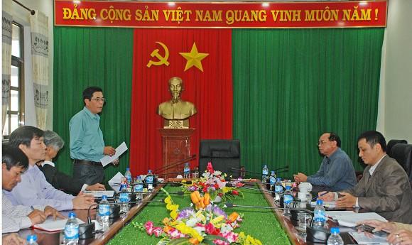Ông Hà Văn Tiên nhận Quyết định giải quyết khiếu nại kỷ luật đảng của UBKT Trung ương. Ảnh: Trang thông tin điện tử UBKT Trung ương.