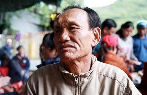 Ông Lực đau đớnkhi chứng kiến vợ và con gái cùng cháu ngoại tử vong sau trận sạt lở. Ảnh: Xuân Ngọc